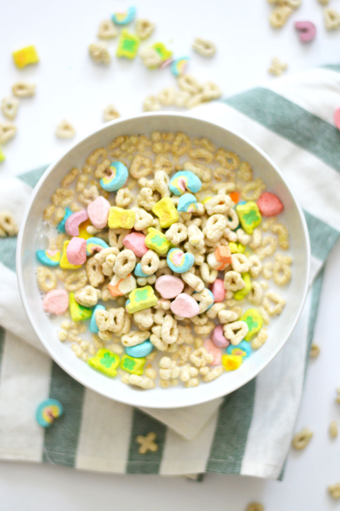 Lucky Charms Cereal Milk Overnight Oats | DC Girl in Pearls