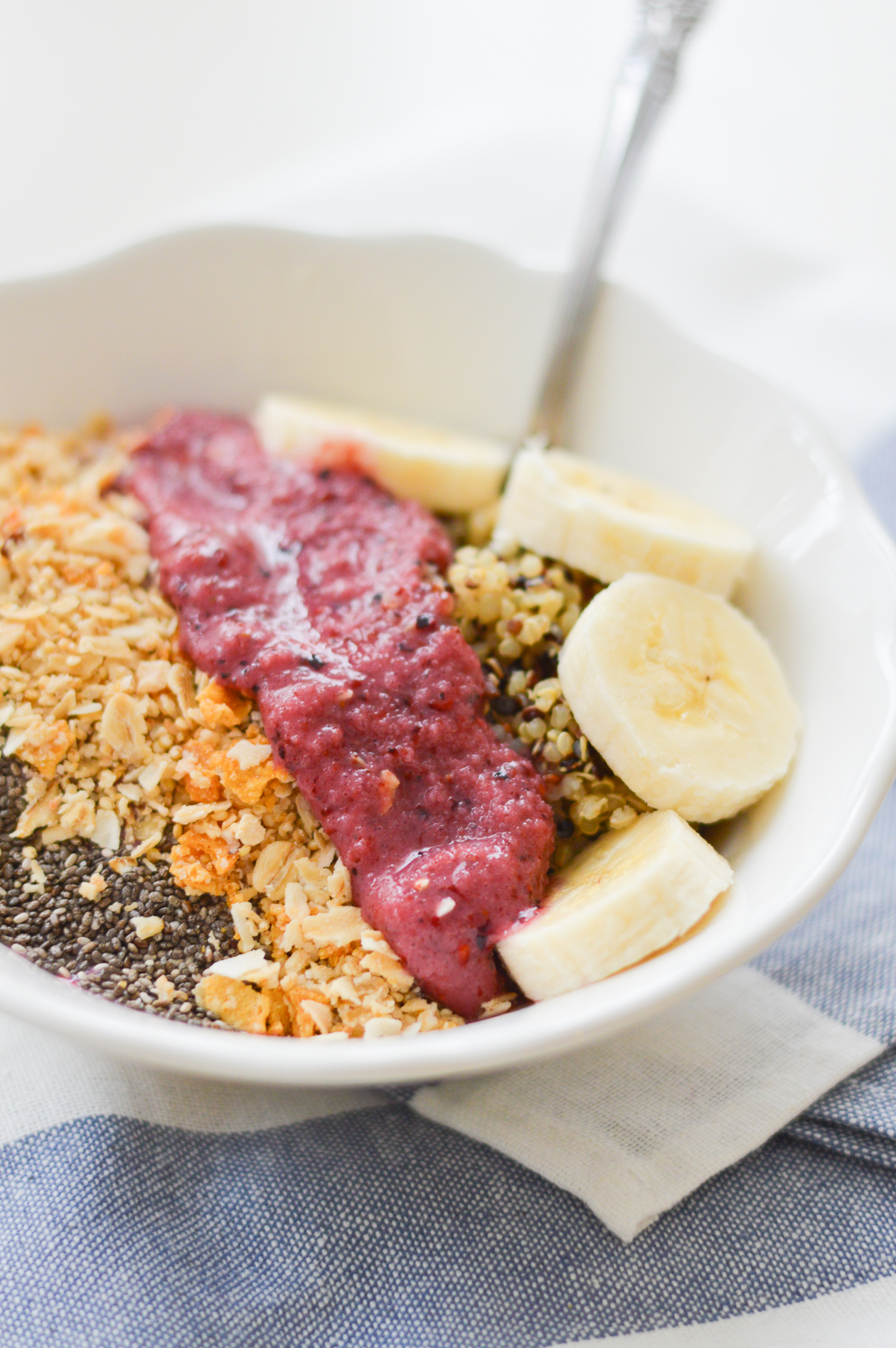 Berry Quinoa Breakfast Bowl | @dcgirlinpearls